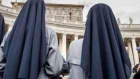 Dos monjas frente al Vaticano en Roma