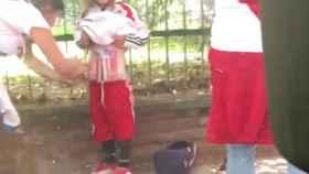 Hinchas de River pegan bengalas a una niña en el cuerpo para meterlas al estadio