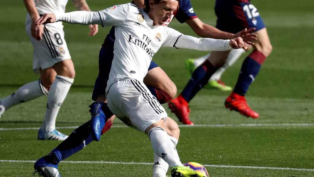 Iván Ramis lucha un balón con el centrocampista croata del Real Madrid Luka Modric