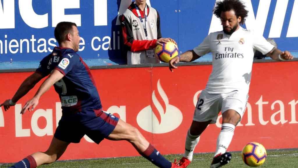 Sergi Enrich lucha un balón con el defensa brasileño del Real Madrid Marcelo