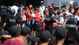 La policía junto a los aficionados de River Plate.