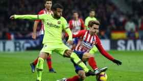 Rafinha pelea un balón con Griezmann en el Atlético - Barcelona