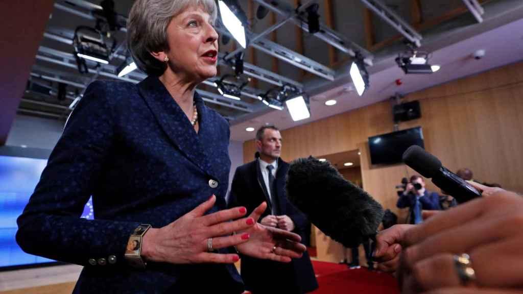 La primera ministra británica habla a la prensa en Bruselas