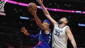 Marc Gasol intenta taponar una bandeja rival en el partido entre Los Angeles Clippers y los Memphis Grizzlies