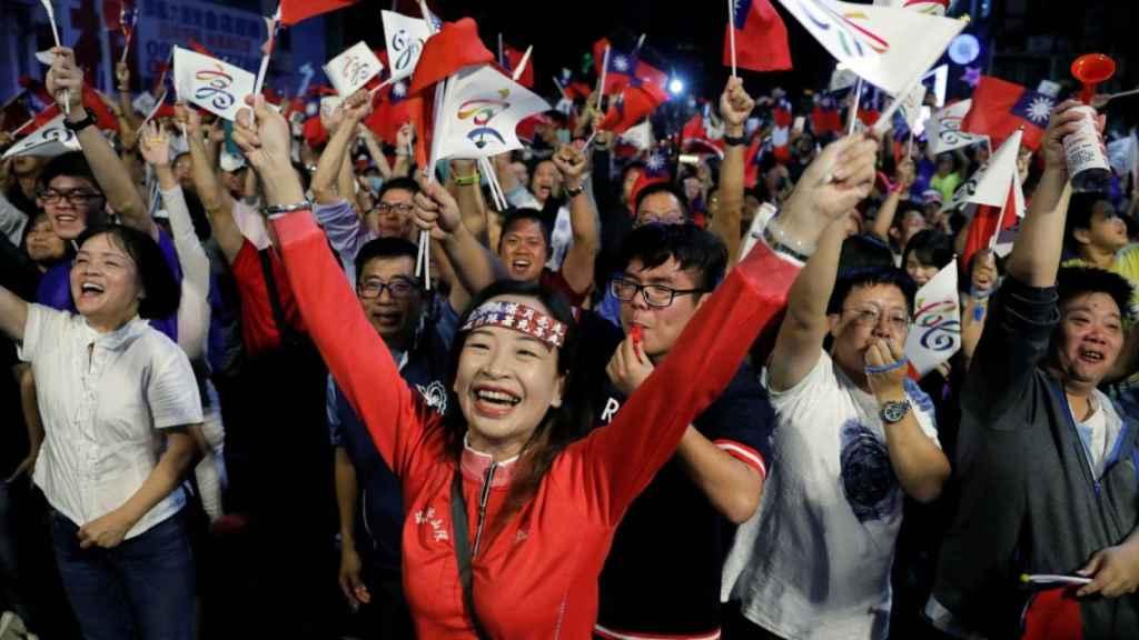 Votantes del KMT celebran su victoria en las elecciones municipales taiwanesas.