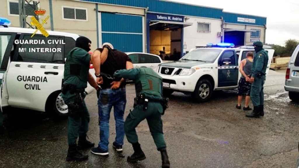 Unos detenidos en una operación de la Guardia Civil contra estas estafas.