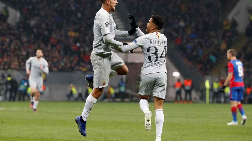Lorenzo Pellegrini y Kluiverte celebran un gol con la Roma en Champions