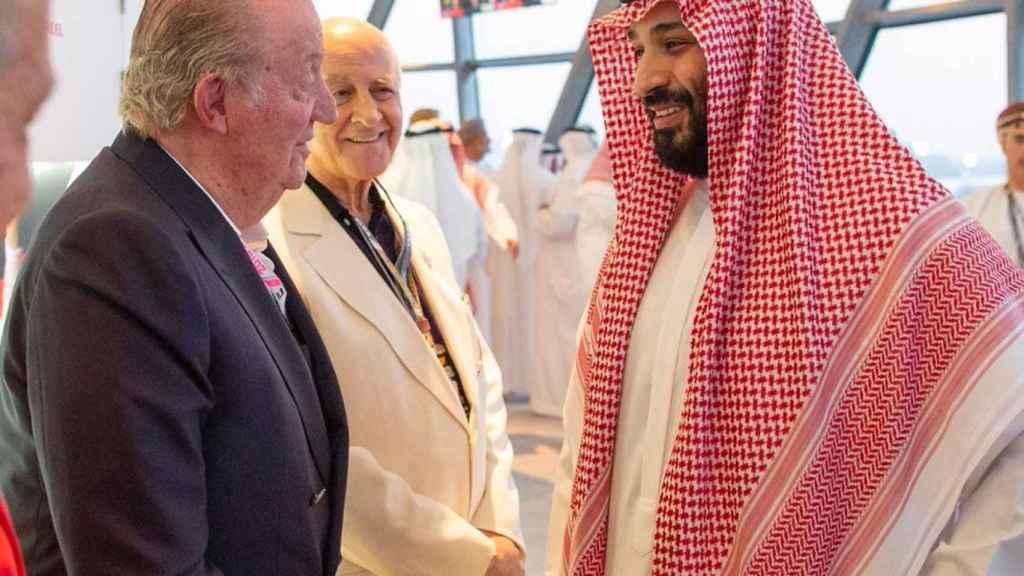 El rey Juan Carlos conversa con Mohamed bin Salman, en el Gran Premio de Abu Dhabi de F1.