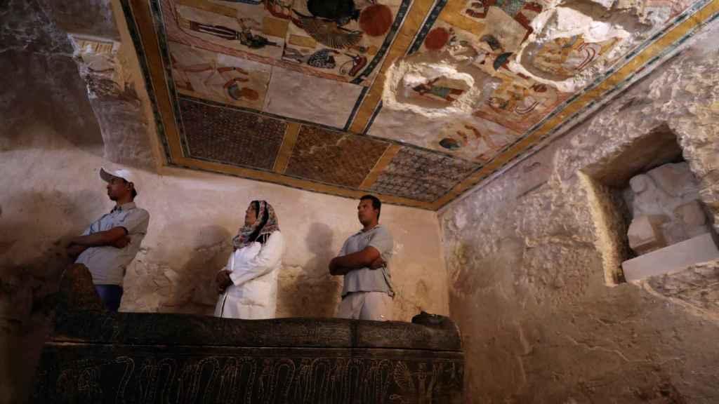 Pintadas en el techo de la tumba en la que se ha hallado la momia.
