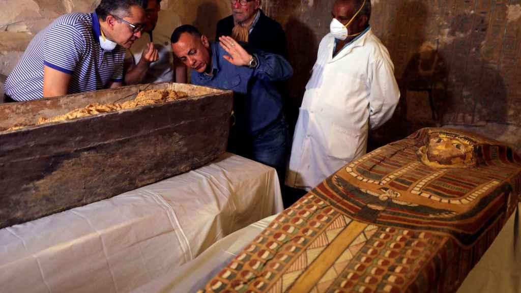 Los investigadores analizan los dos sarcófagos descubiertos.