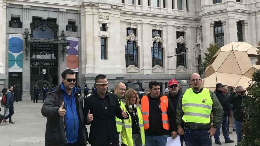 Represantes de Élite Taxi y Plataforma Caracol, ante el Ayuntamiento de Madrid.