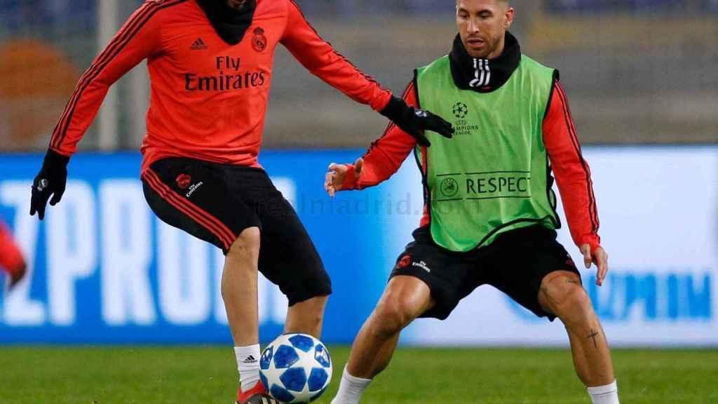 Benzema controla el balón ante la mirada de Ramos