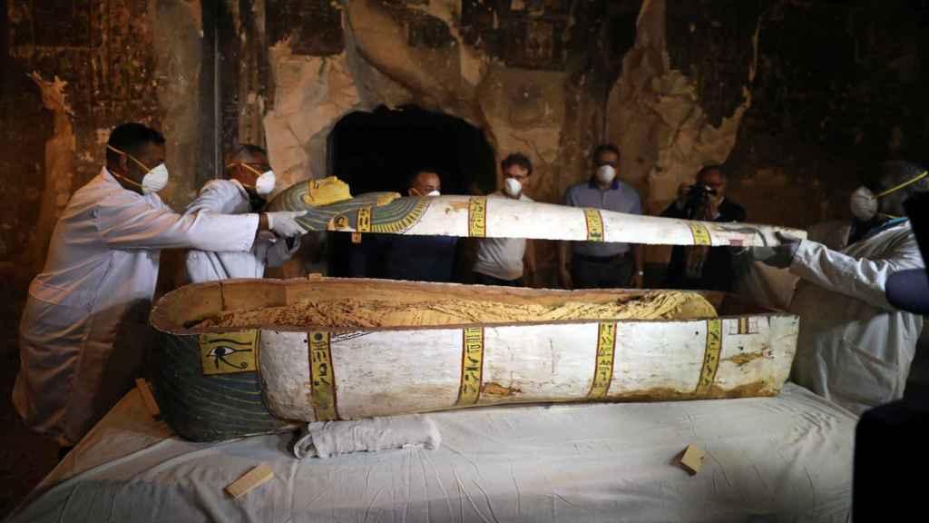 El sarcófago de la momia hallada en Luxor, Egipto.