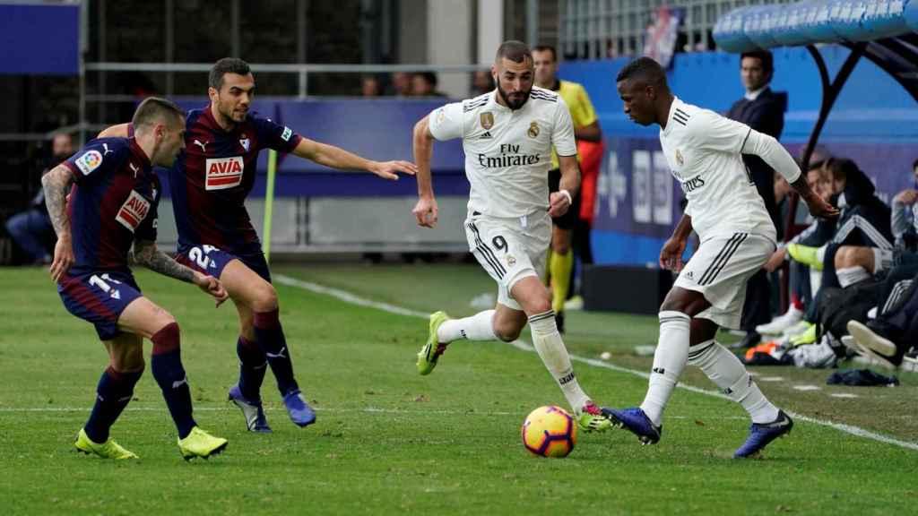 Vinicius encara un rival durante el partido contra el Eibar