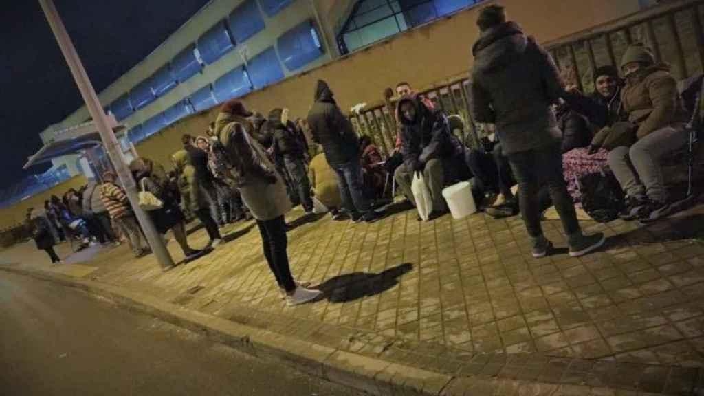 Cientos de personas hacen cola ante las instalaciones del CIE de Aluche para su solicitud de asilo.