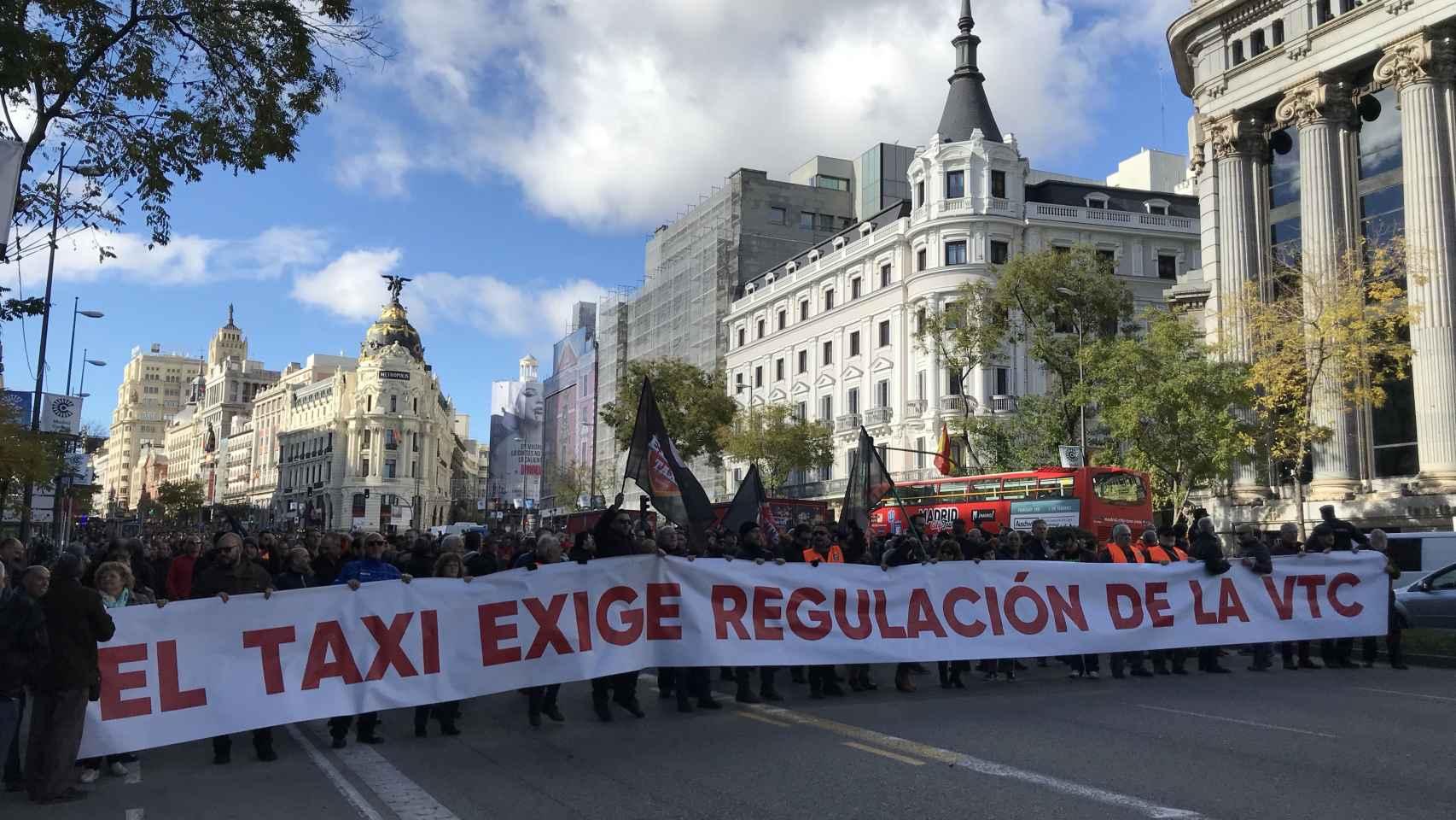 Élite Taxi y Plataforma Caracol se manifiestan en el centro de Madrid este lunes.