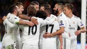 Piña de los jugadores del Real Madrid tras un gol en la Champions League