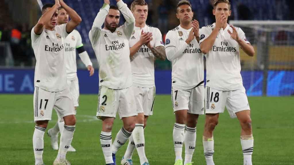 Los jugadores del Real Madrid aplauden a la afición tras la victoria contra la Roma