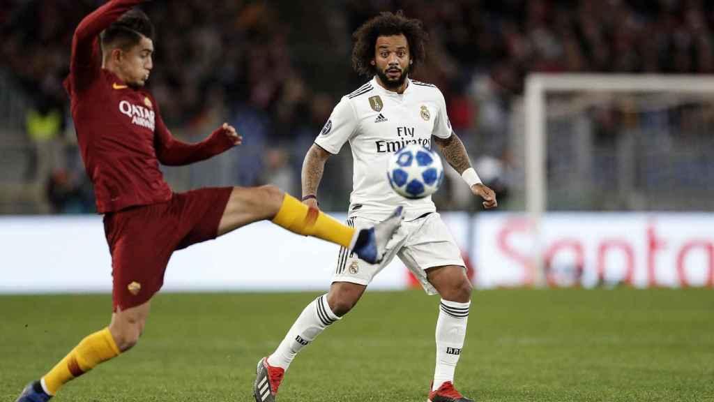 Cengiz Under de la Roma disputa un balón con Marcelo