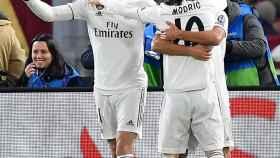 Gareth Bale celebra con su compañeros el primer gol del partido