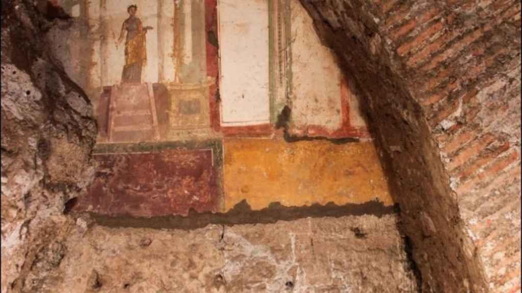 En los túneles se han hallado vestigios de estructuras y algunos frescos en las paredes.