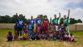 Parte del equipo de Playning Spain en Gambia. Foto: Twitter (@PlayingSpain)