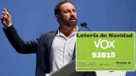 Santiago Abascal con una de las participaciones de lotería denunciadas.