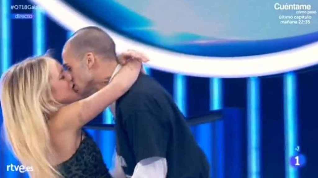 El fogoso beso de María con su novio.