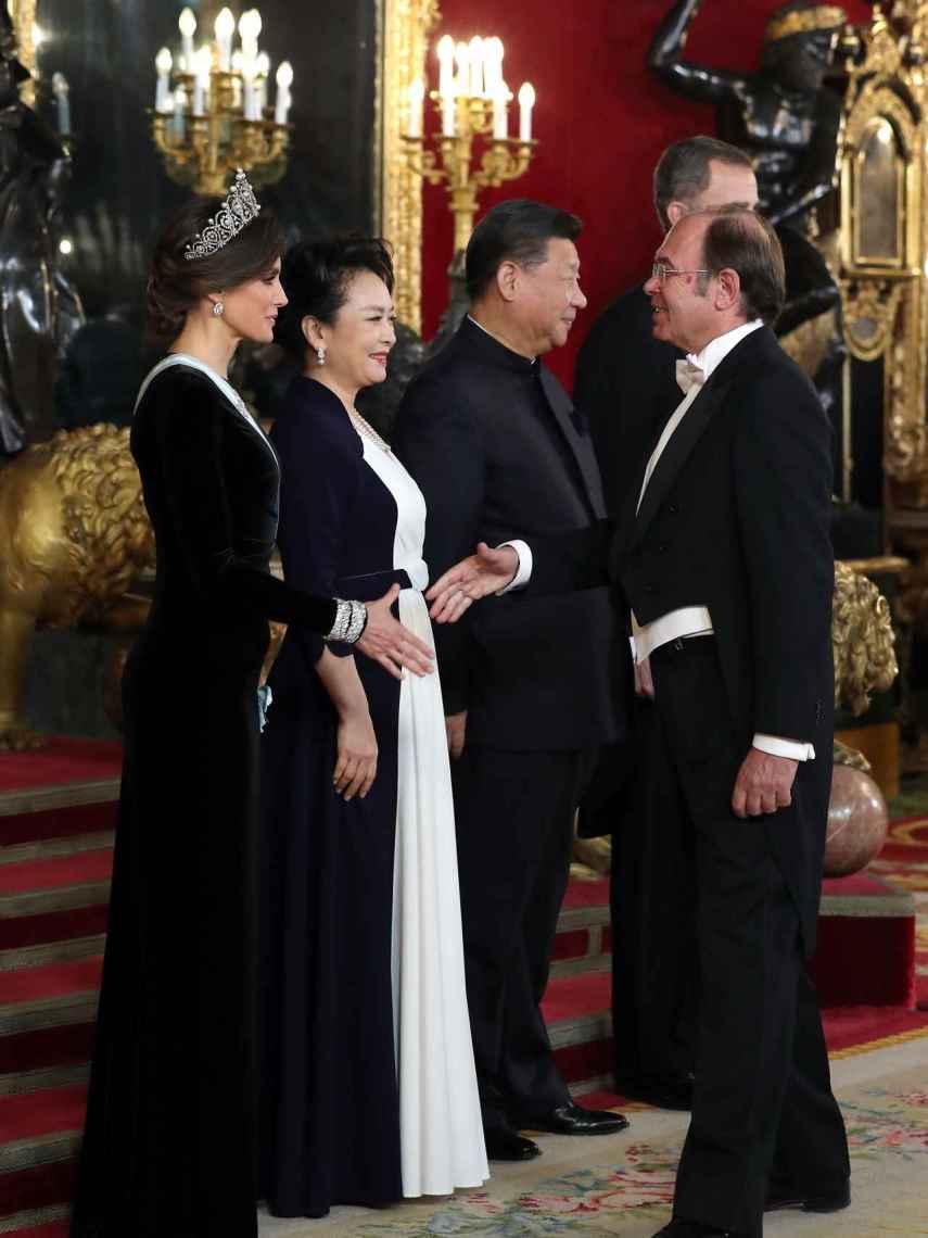 Los reyes dan la bienvenida a sus ilustres invitados.