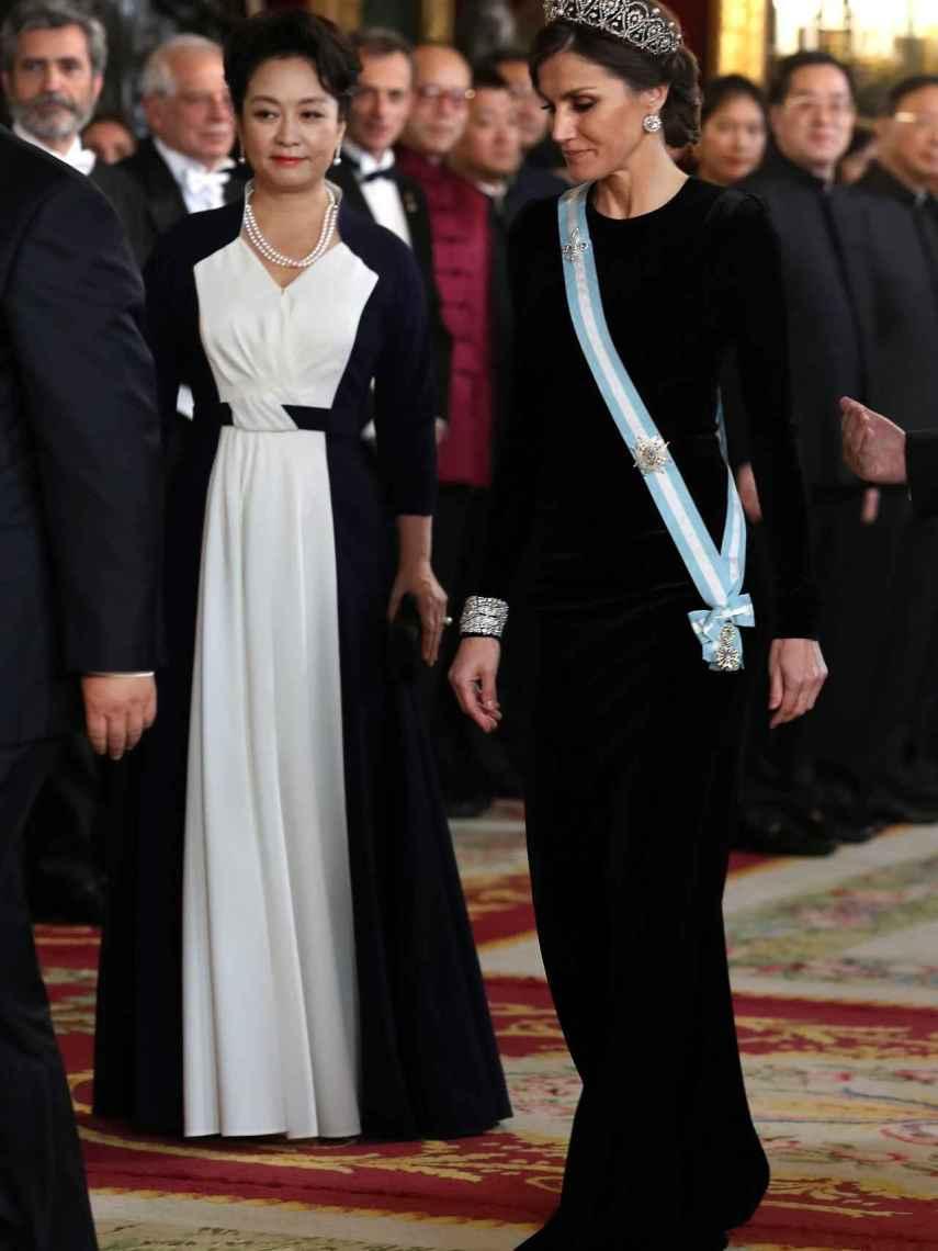 Peng Liyuan y Letizia, muy elegantes en la cena de gala.