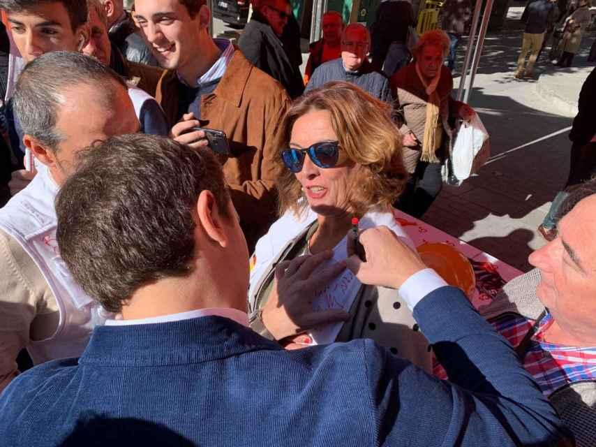 Rivera firma el chaleco de una señora en Córdoba.