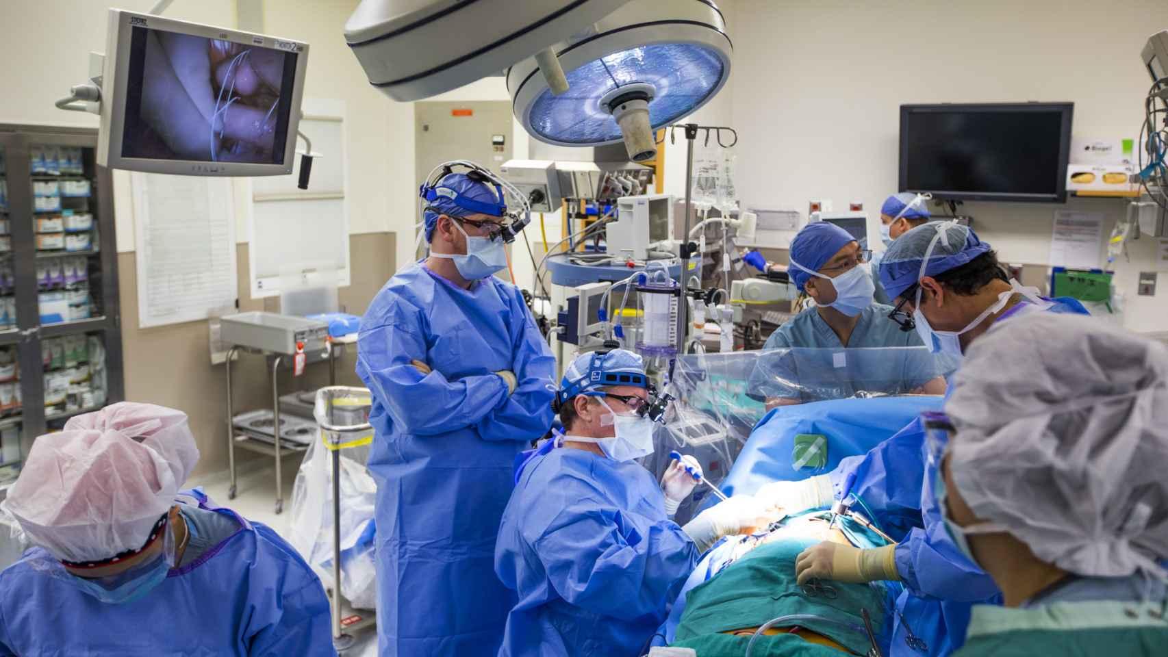 Médicos operando en un quirófano.