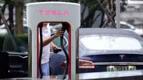Un conductor de un Tesla cargando el vehículo.