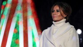 Melania Trump emocionada con el árbol de Navidad a sus espaldas.