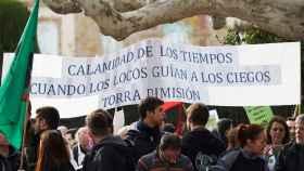 Trabajadores públicos de la Generalitat se manifiestan en Barcelona hasta las puertas del Parlament.