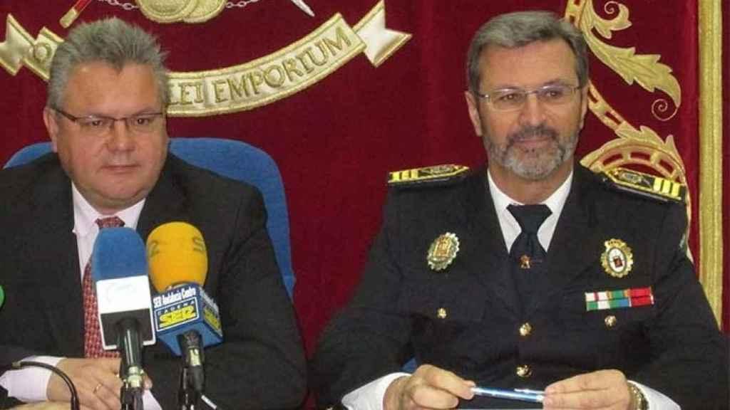 El alcalde de Puente Genil, el socialista Esteban Morales, junto al ex jefe de la Policía Local de la localidad cordobesa, Lorenzo Humánez.
