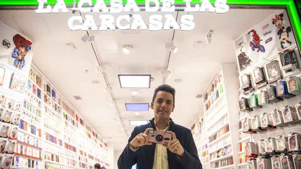 Ismael Villalobos, dueño de la empresa 'La Casa de las Carcasas', frente al escaparate de su tienda en La Vaguada en Madrid