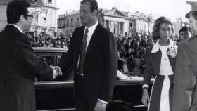El rey Juan Carlos saliendo de su Mercedes Benz 300