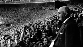 Francisco Franco, en el palco del Santiago Bernabéu durante un partido.