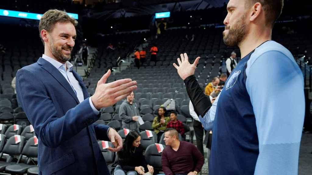 PauGasol, de los Spurs, saluda a su hermano Marc, de los Grizzlies, antes de un partido entre estos equipos.