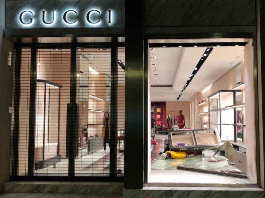 Espectacular alunizaje nocturno contra la tienda de Gucci de Barcelona