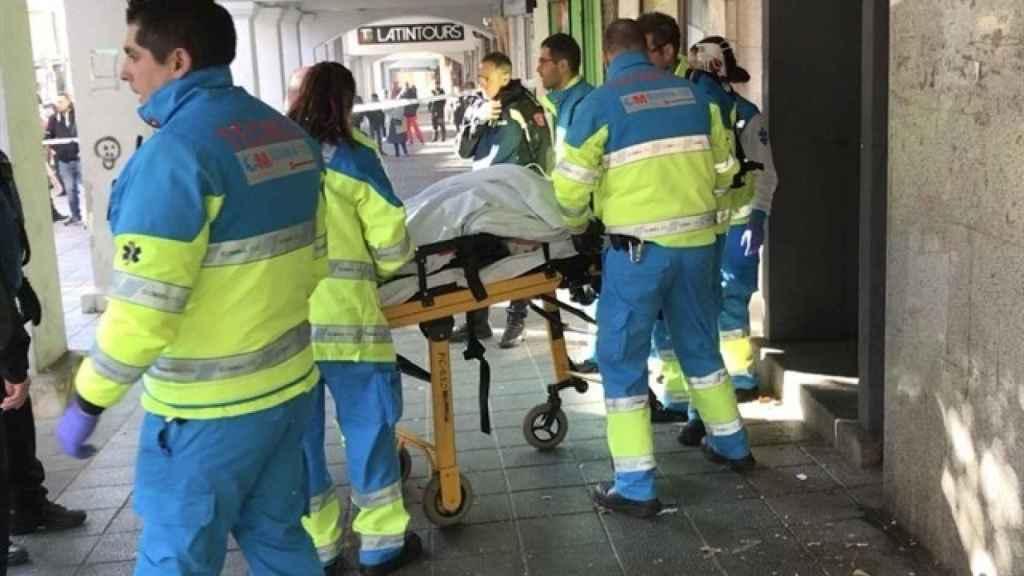 Técnicos de Emergencias trasladando a la herida al hospital