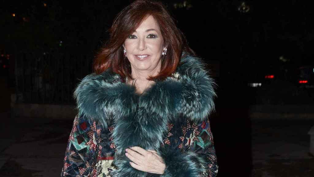 Ana Rosa Quintana llegando a la fiesta de la productora