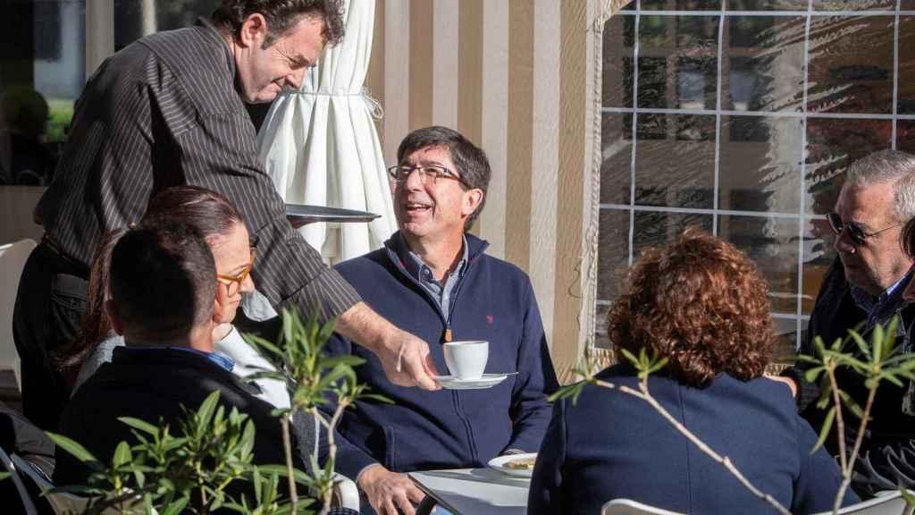 Juan Marín ha tomado un café con amigos y familiares
