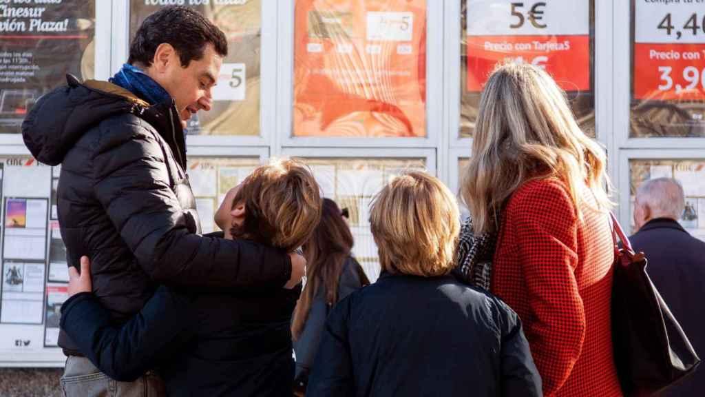 Juanma Moreno ha ido al cine con su familia