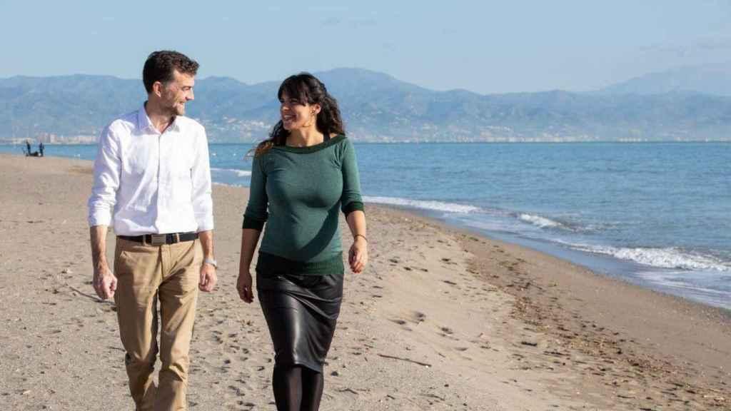 Teresa Rodríguez ha dado un paseo por la playa junto a Antonio Maíllo