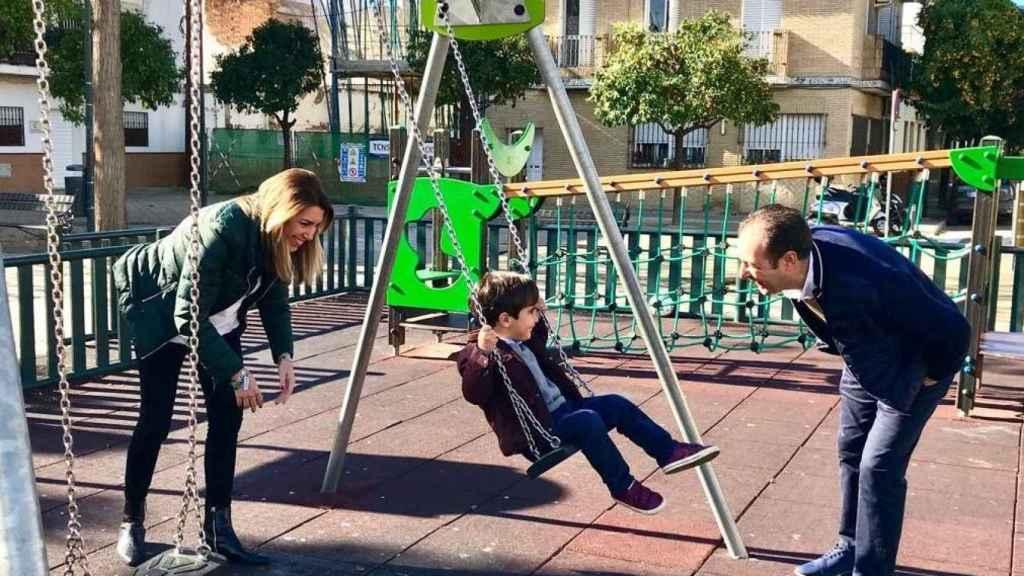 Susana Díaz en el parque con su familia