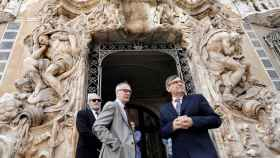 José Guirao, ministor de Cultura, junto a Jaume Coll , director del Museo Nacional de Cerámica y Artes Suntuarias González Martí, ante la puerta del museo.