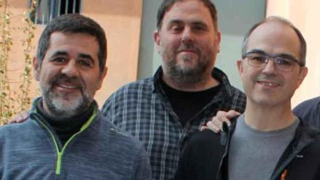 Jordi Sànchez y Jordi Turull, con Oriol Junqueras al fondo, en la cárcel de Lledoners.