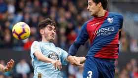 Jozabed pelea un balón con Etxeita en el Celta - Huesca